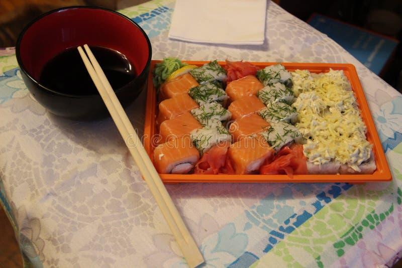 De Japanse keuken is de nationale delicatesse van sushi en broodjes stock foto's