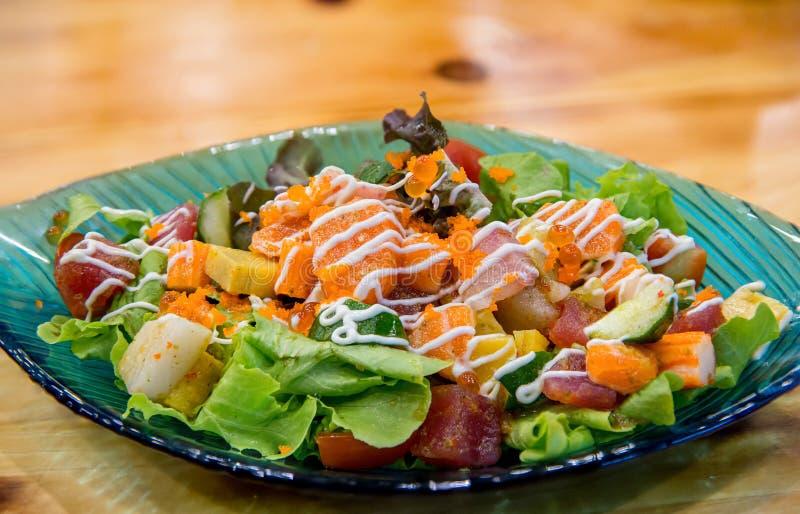 De Japanse kruidige zalm van de saladesashimi met Premie verse ruwe zalm De Aziatische salade met tofu en de verse groenten mengd royalty-vrije stock foto