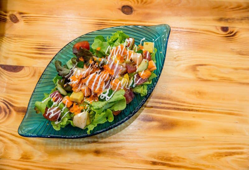 De Japanse kruidige zalm van de saladesashimi met Premie verse ruwe zalm De Aziatische salade met tofu en de verse groenten mengd stock foto's