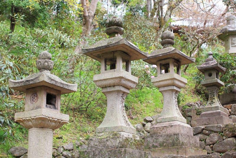 De Japanse lantaarns van de steentoren stock fotografie