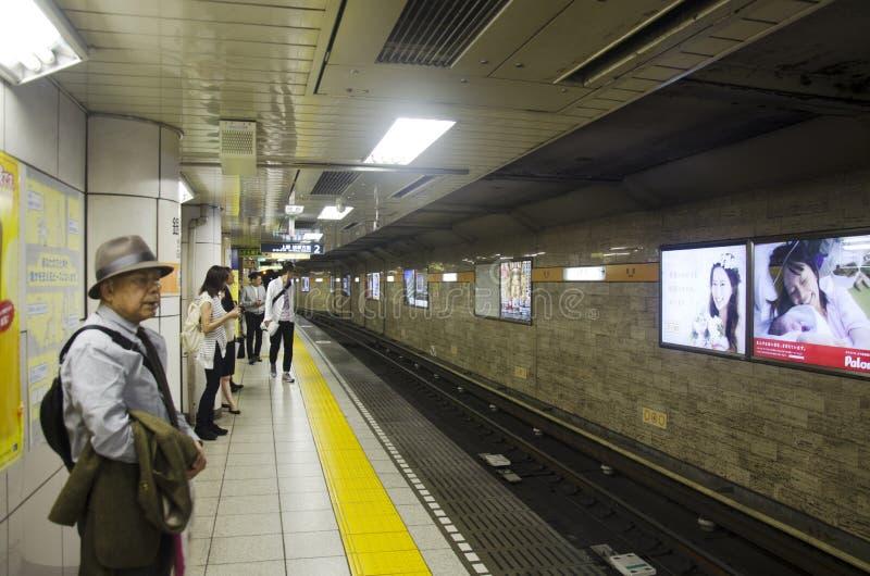 De Japanse mensen en vreemdelingsreiziger het wachten metro gaat t royalty-vrije stock fotografie