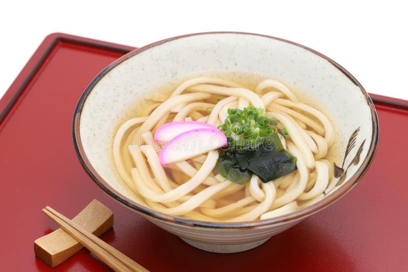 De Japanse noedels van Kake udon in een ceramische kom stock foto's