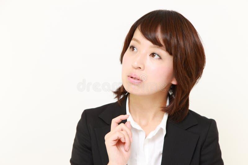 De Japanse onderneemster denkt over iets royalty-vrije stock fotografie