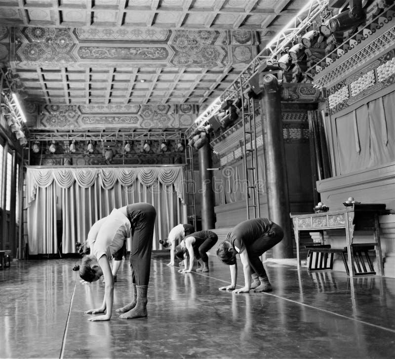 De Japanse prestaties van de balletdanserspraktijk in een aciant tempel in Japan royalty-vrije stock fotografie