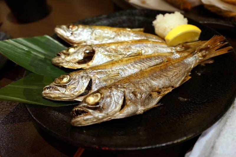 De Japanse stijl roosterde vissen met citroen en raspte radijs royalty-vrije stock foto's