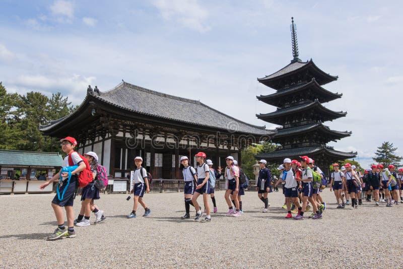 De Japanse studenten nemen een schoolreis aan Tempel Kofuku -kofuku-ji in Nara, Japan royalty-vrije stock fotografie