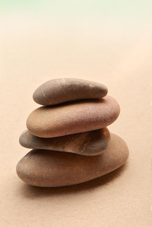 De Japanse tuin van de zensteen op zand royalty-vrije stock afbeeldingen