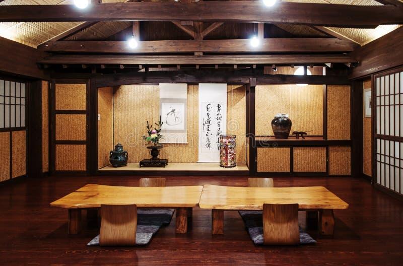 De Japanse van de de stijlruimte van Okinawa stevige houten lijst en document deur, en stock fotografie