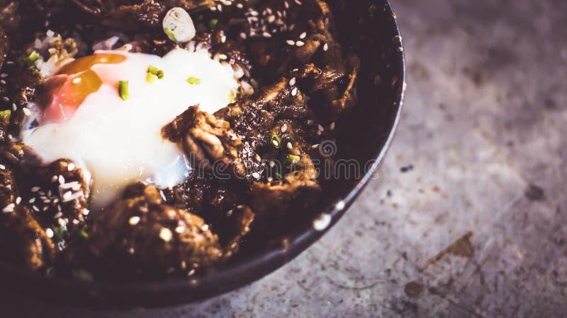 De Japanse voedselrijst dient met kip in de saus en het ei van Teriyaki stock afbeelding