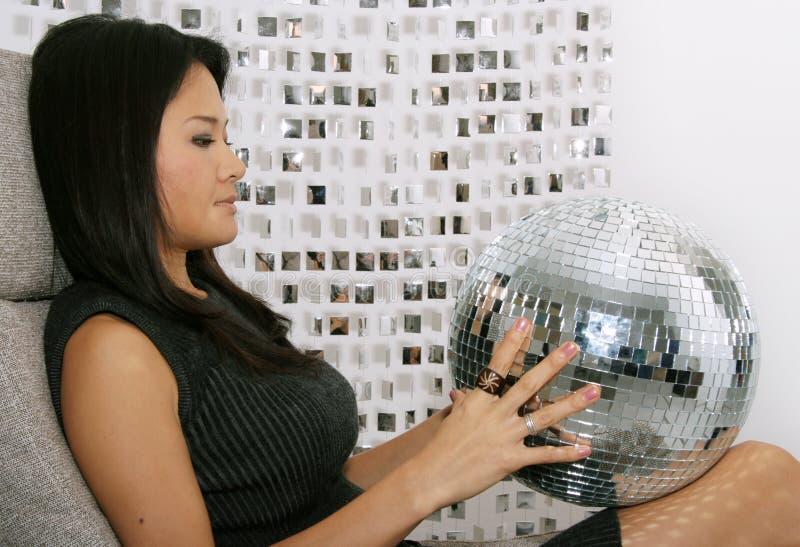 De Japanse vrouw houdt glitterball stock afbeeldingen