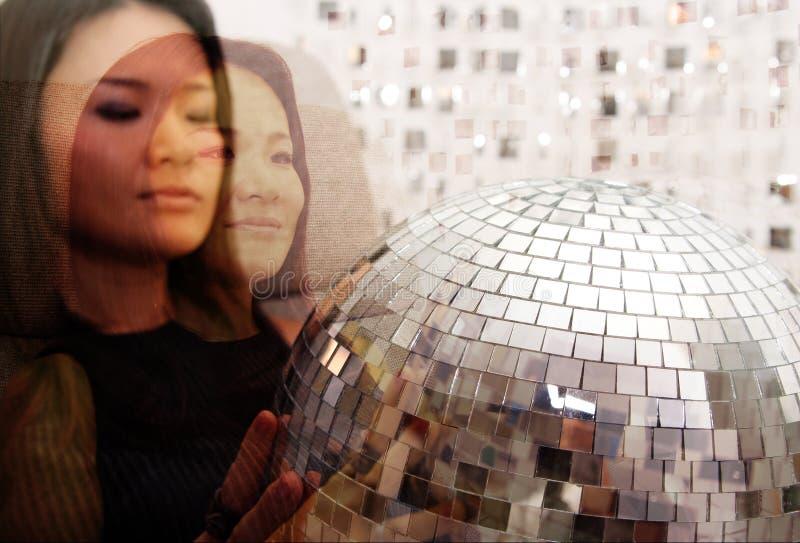 De Japanse vrouw houdt glitterball royalty-vrije stock foto's
