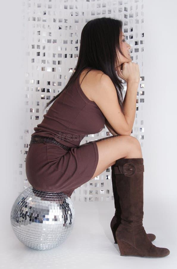 De Japanse vrouw zit op glitterball stock afbeelding