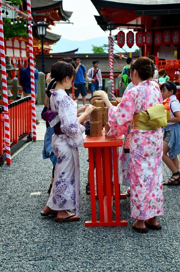 De Japanse vrouwenmensen dragen traditionele Japanse kleding (Kimono royalty-vrije stock fotografie