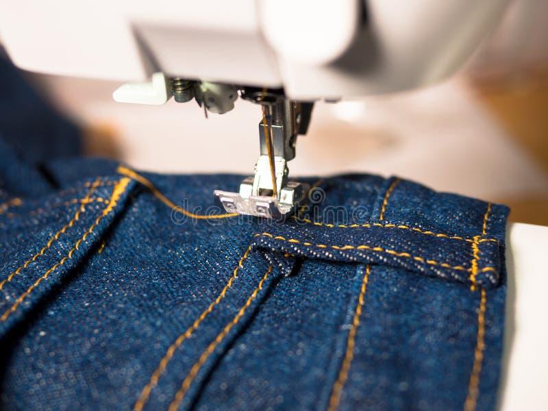 De jeans wordt genaaid stock foto's