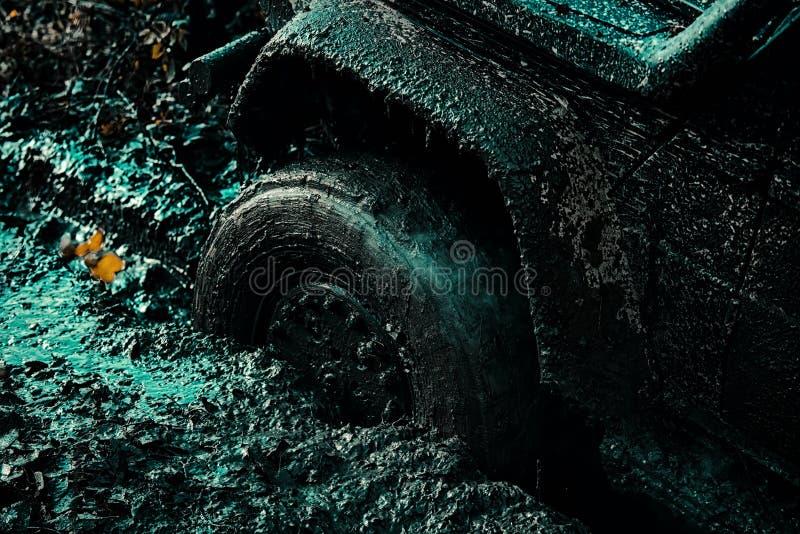 De jeep aventures dehors Offroader d'exp?dition Mudding off-roading par un secteur de boue ou d'argile humide Vue inf?rieure photos libres de droits