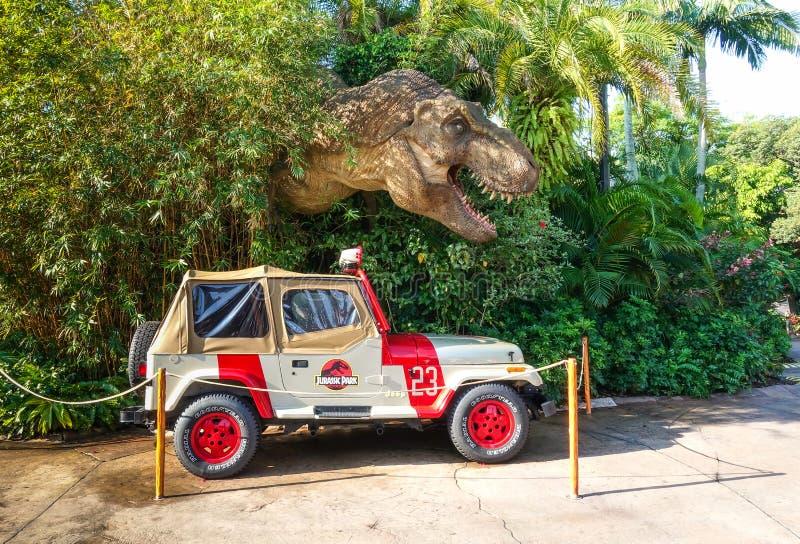 De jeep en de Tyrannosaurus van Jurassic Park rex royalty-vrije stock afbeelding