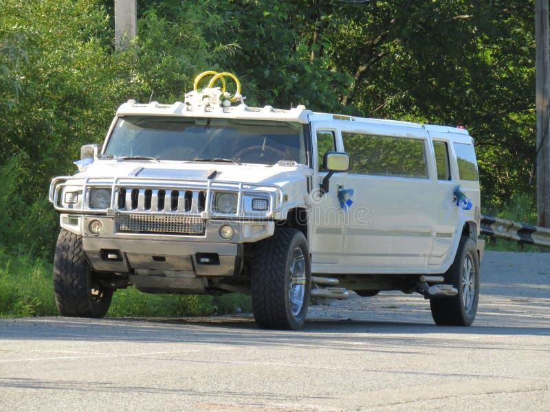 De jeep van de de autolimousine van het luxehuwelijk voor huwelijken wordt in het hout worden geparkeerd verfraaid dat royalty-vrije stock fotografie