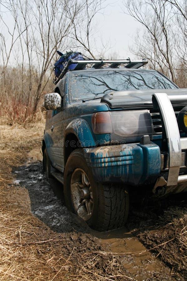 De jeep werd geplakt in de modder stock foto