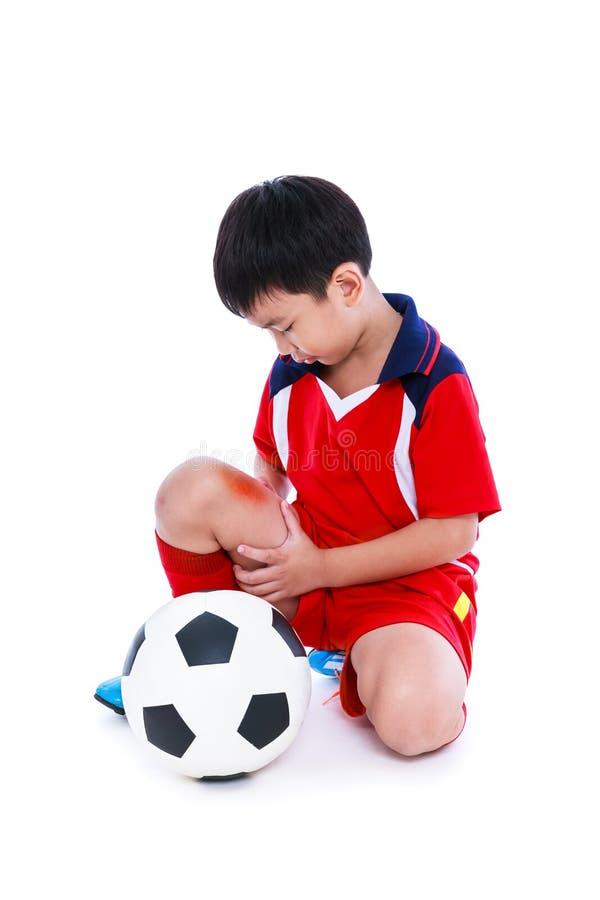 De jeugd Aziatische voetballer met pijn bij been Volledig Lichaam royalty-vrije stock afbeelding