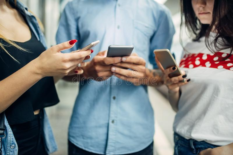 De jeugd die van de telefoonverslaafde gadgets in metro gebruiken royalty-vrije stock foto