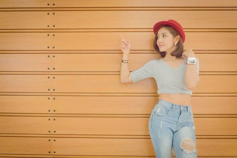 De jeugd en technologie Verbaasde jonge vrouw met smartwatch Met s royalty-vrije stock afbeeldingen