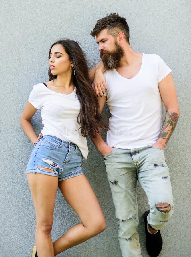 De jeugd modieuze uitrusting Voel hun stijl Knuffel van paar de witte overhemden elkaar Uit hangt het Hipster gebaarde en modieuz royalty-vrije stock foto