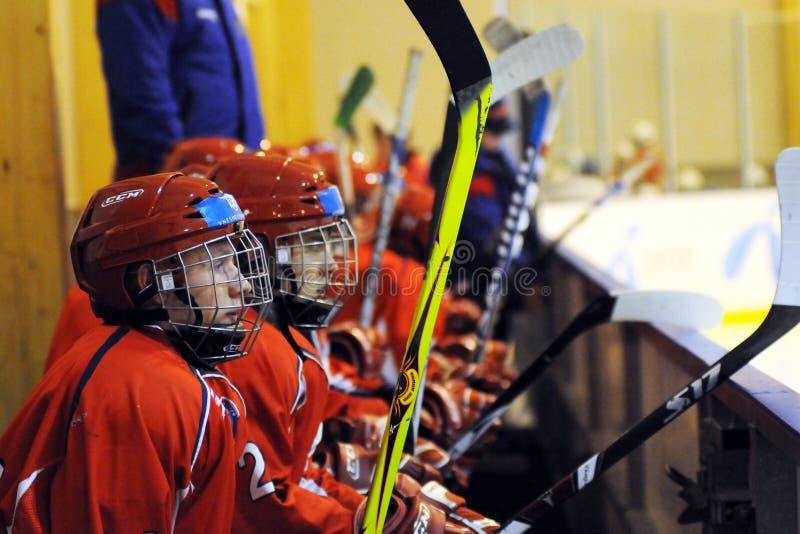 De jeugd nationale ijs-hockey van Hongarije - van Rusland gelijke stock foto's