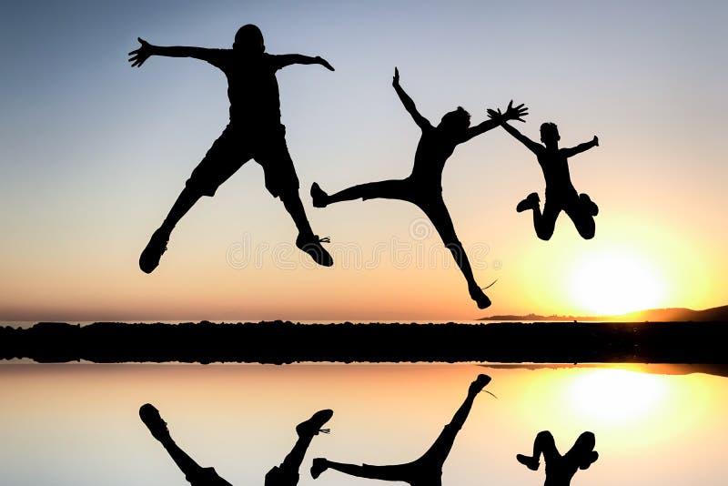 De jeugd, succes, samen, silhouet, team, trots, dynamische, energieke, enthousiaste, gelukkige, hoopvolle toekomst, vakantie, vre stock foto