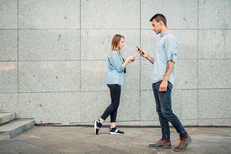 De jeugd van de telefoonverslaafde, moderne levensstijl stock foto