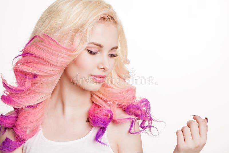De jeugdvrouwen met gekleurd krullend haar op de witte achtergrond schoonheid Geïsoleerde studio gradiënt Exemplaar-ruimte royalty-vrije stock afbeelding