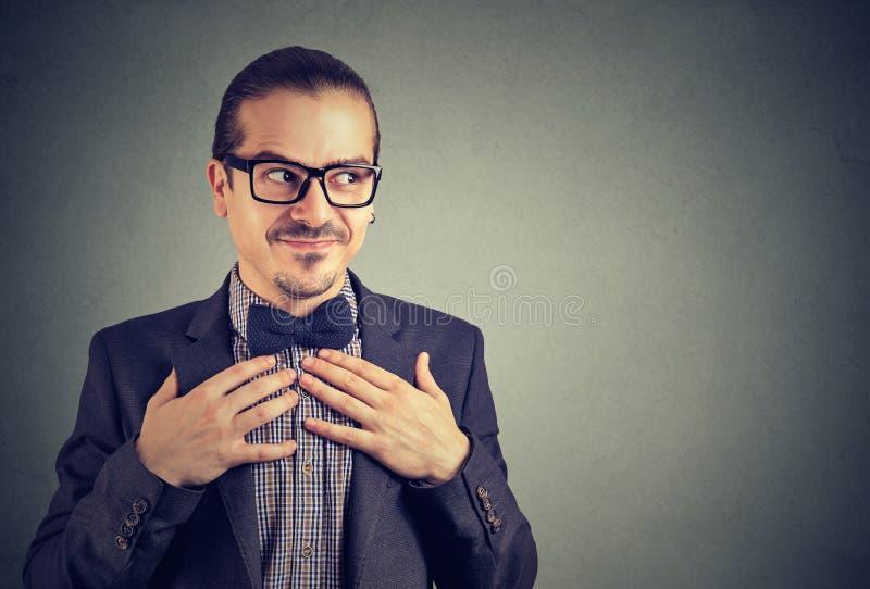 De jeune homme étrange dans des lunettes image stock