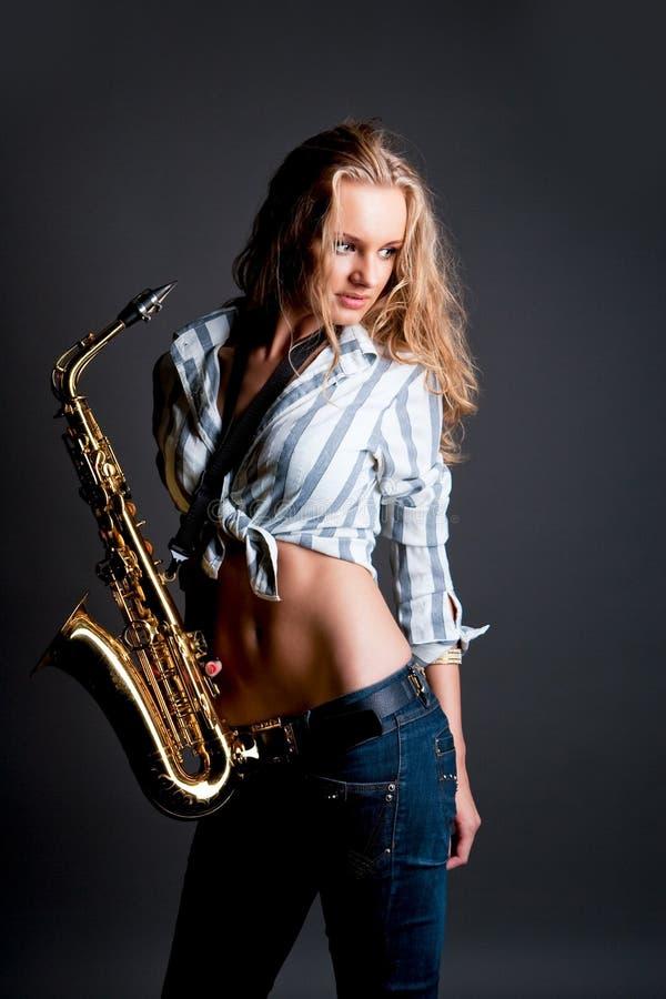 De jeunes blonde sensuelle sexy assez avec le saxo photos libres de droits