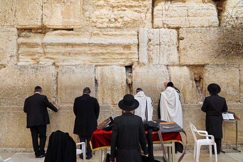 De Joden aanbidden bij de stenen van de Westelijke Muur royalty-vrije stock afbeelding