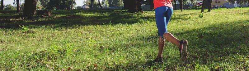 De jogging van de vrouwenagent in stadspark De ruimte van het exemplaar stock fotografie
