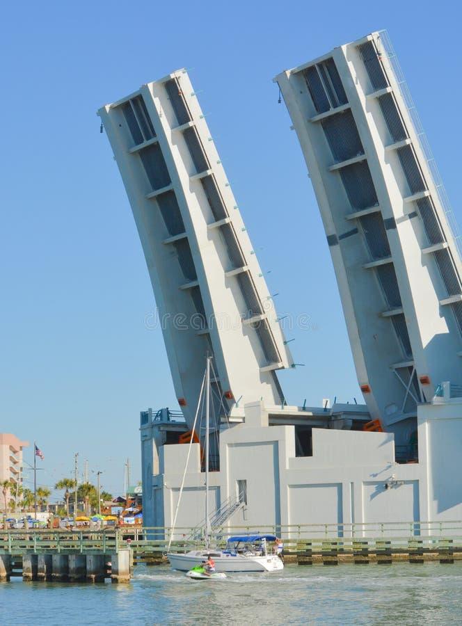 De Johnspas trekt Brug open voor een zeilboot aan terugkeer van de Golf van Mexico stock fotografie