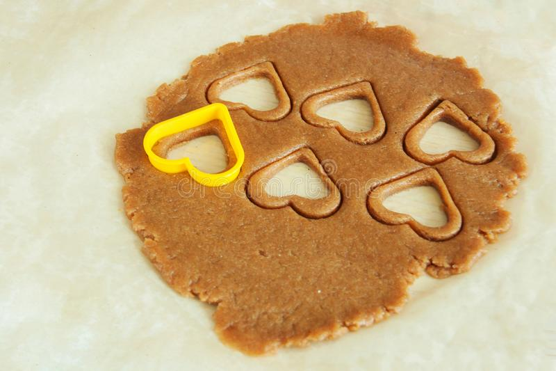 De jong kindhanden bereidt het deeg voor, bakken koekjes in de keuken Sluit omhoog concept familieleasure royalty-vrije stock foto