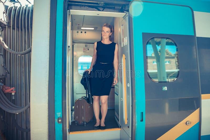De jonge aantrekkelijke bussinessman vrouw zegt vaarwel aan een pensionair op treintrein Hij gaat de internationale trein met zij stock afbeelding