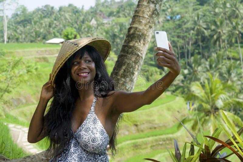 De jonge aantrekkelijke gelukkige toerist die van het afro Amerikaanse zwarte selfie portretfoto met mobiele telefooncamera nemen stock afbeeldingen