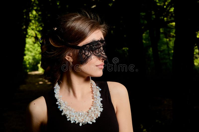 De jonge aantrekkelijke vrouw draagt de sexy transparante zwarte kleding Jong vrouwen modern portret royalty-vrije stock fotografie