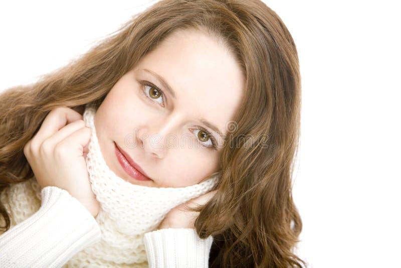 De jonge aantrekkelijke vrouw met sjaal kijkt mooi royalty-vrije stock fotografie