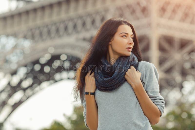 De jonge aantrekkelijke zekere Toren van vrouweneiffel in Parijs, Frankrijk stock fotografie