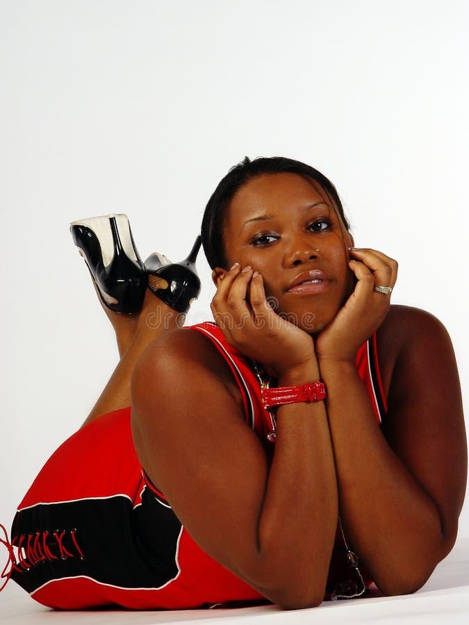 De jonge Afrikaanse Amerikaanse Vrouw van de plus-Grootte op Vloer stock foto's