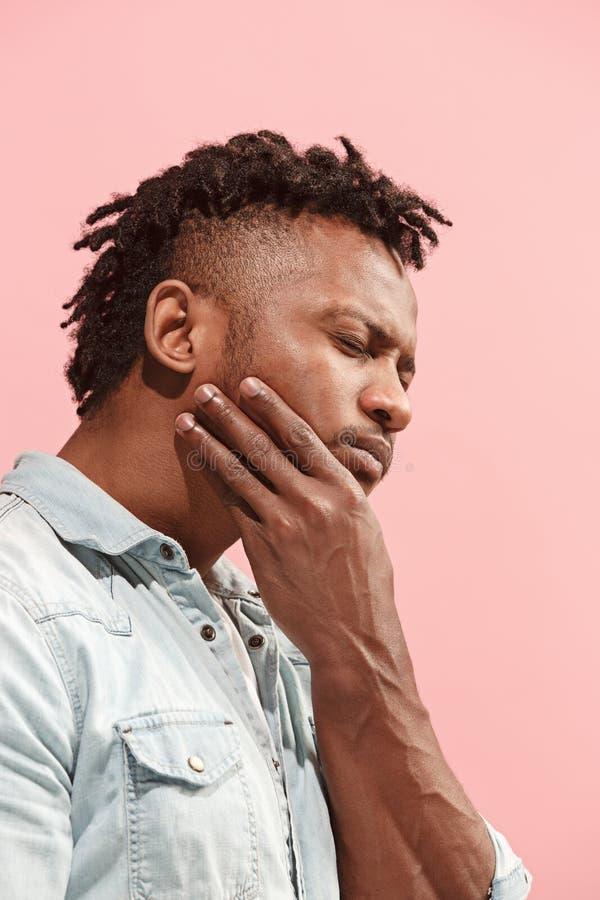 De jonge Afro-Amerikaanse mens heeft tandpijn royalty-vrije stock afbeelding