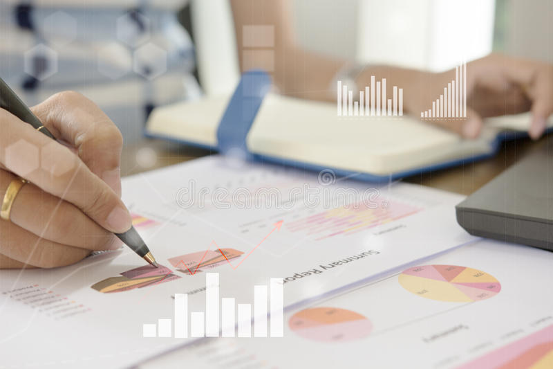 De jonge analist die van de financiënmarkt op kantoor bij witte lijst werken De zakenman analyseert document en de calculator in  stock afbeelding