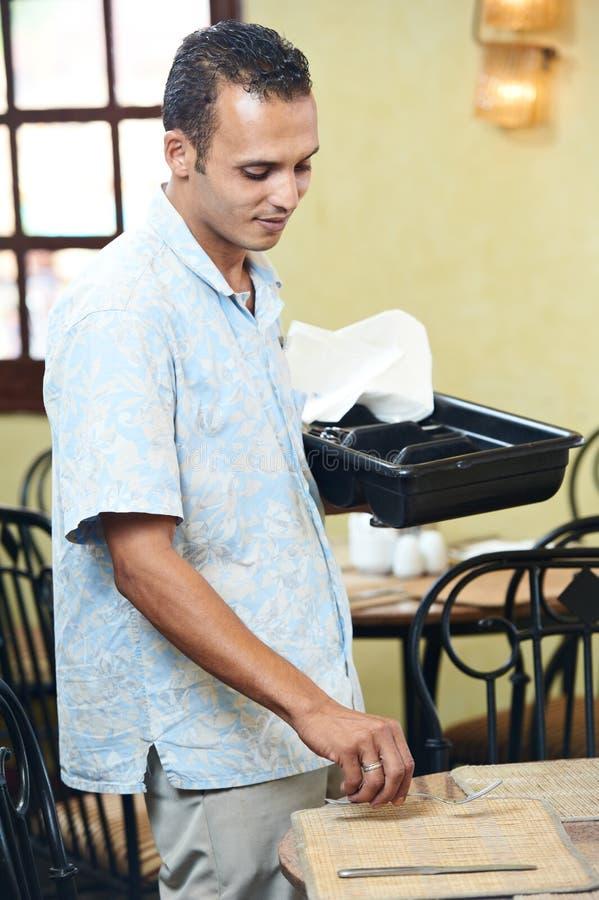 Arabische kelner in eenvormig bij restaurant stock fotografie