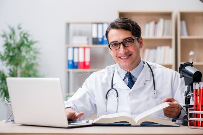 De jonge arts die medisch onderwijs bestuderen royalty-vrije stock afbeelding