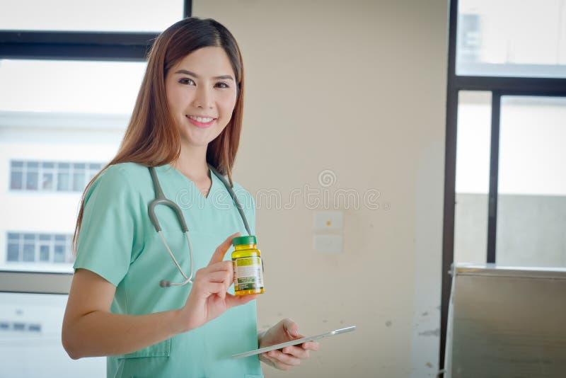 De Jonge arts met een doos van pillen ter beschikking Gezondheidszorgzaken stock fotografie