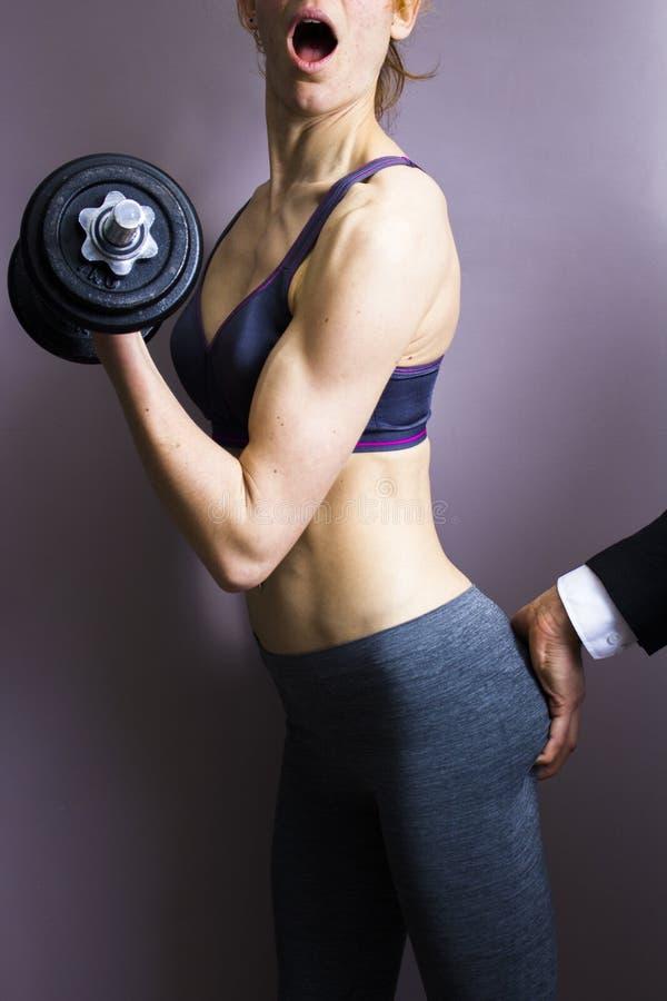 Atletische vrouw die terwijl het uitwerken worden getast stock afbeeldingen
