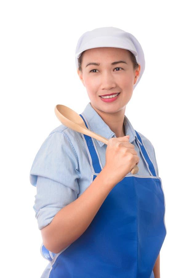 De jonge Aziatische chef-kok, zekere huisvrouw stelt en holding een spatel stock afbeelding