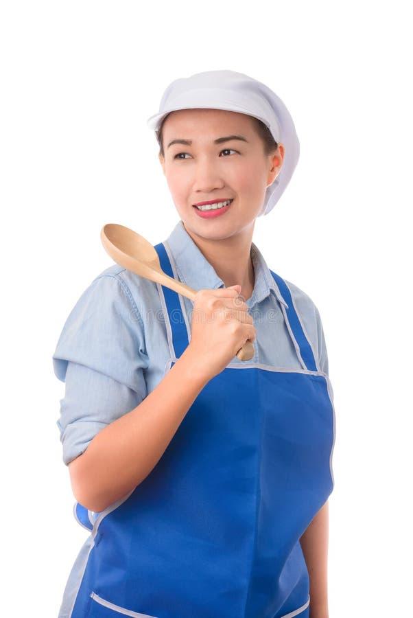 De jonge Aziatische chef-kok, zekere huisvrouw stelt en holding een spatel royalty-vrije stock fotografie